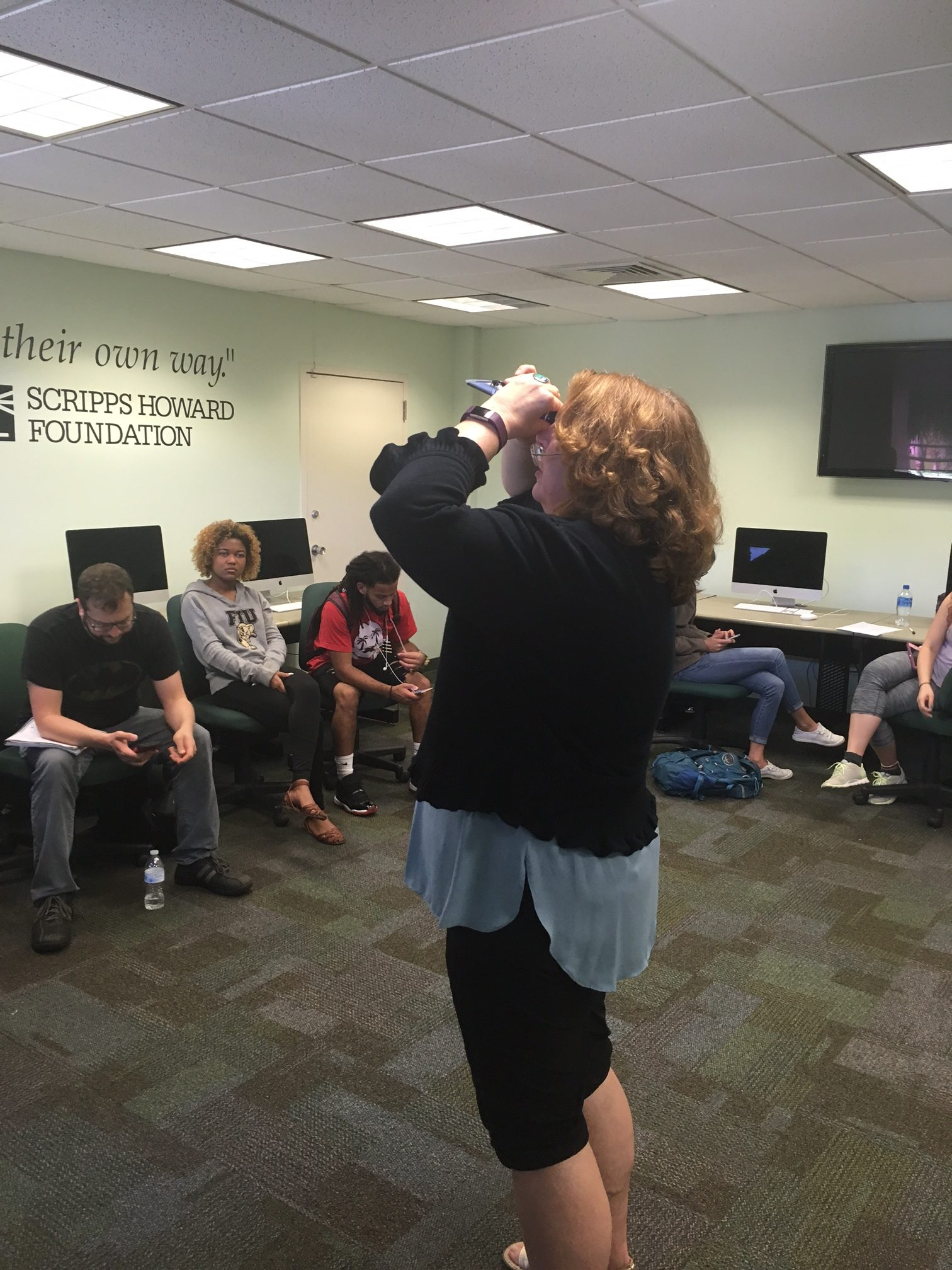 Susan Jacobson demonstrating how to read a refractometer 18Sep2017